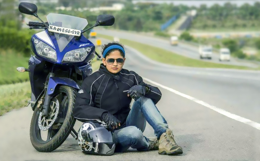Roshni_posing_on_road